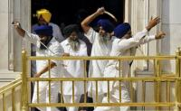 Sikhit toistensa kimpussa